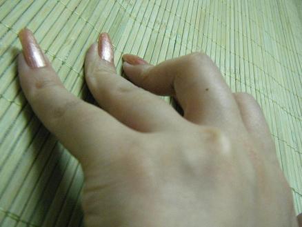 女孩右手中指手背上有痣 有什么寓意?