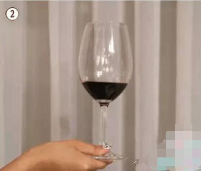 红酒拿杯子手势图片